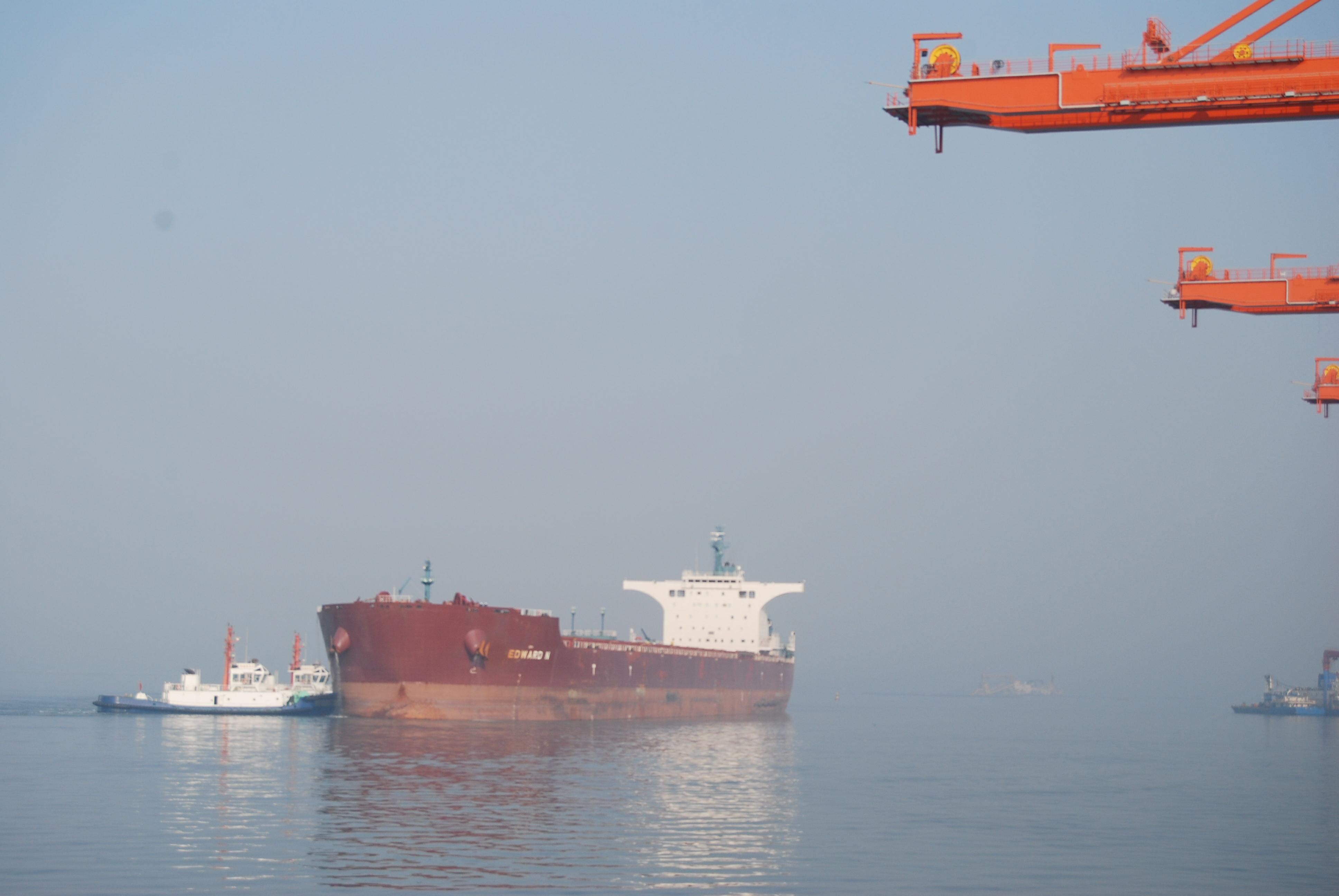 黄骅港综合港区迎来首艘20万吨级船舶